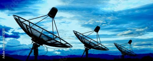 Obraz satellite dish antennas under blue sky - fototapety do salonu