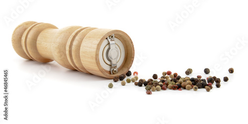 Fotografía  Pepper mill with black pepper seeds isolated