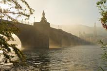 Morgennebel An Der Alten Brücke