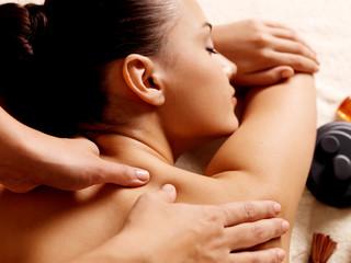 Kobieta o masażu w salonie spa