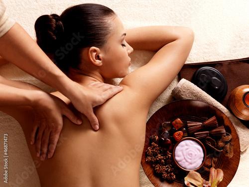 kobieta-ma-masaz-w-zdroju-salonie