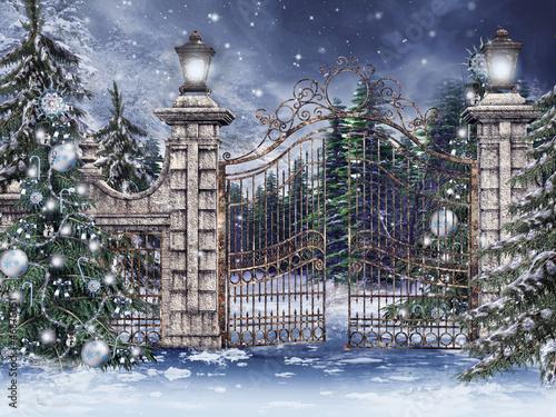 Fototapeta Stara brama ze świątecznymi choinkami obraz