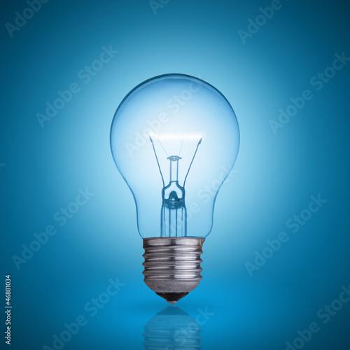 Photo  light bulb on blue background.