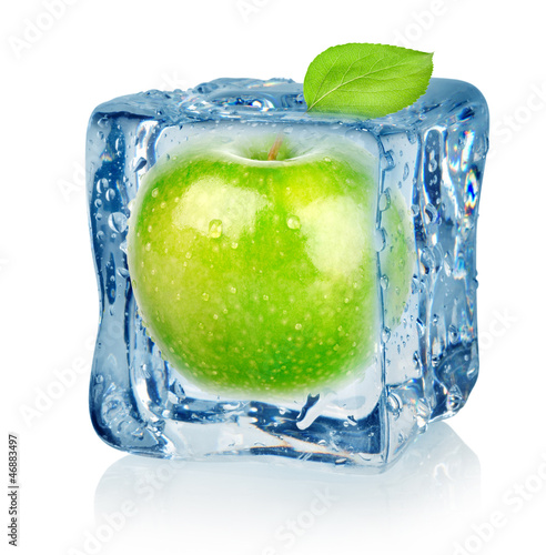 Poster Dans la glace Ice cube and apple