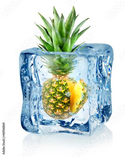 Staande foto In het ijs Ice cube and pineapple