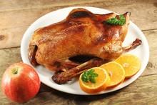 Knusprige Ente Auf Holztisch