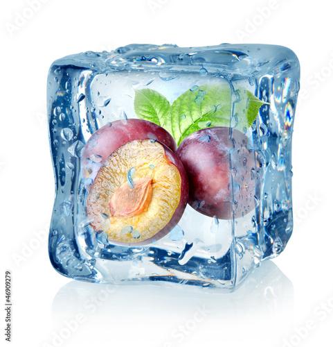 Staande foto In het ijs Ice cube and plum