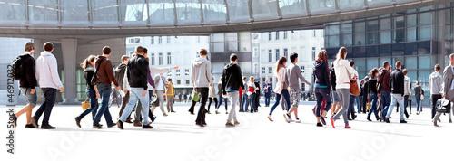 Plakat Grupa młodych ludzi. Panorama.
