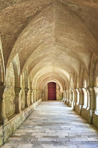 stary-kolumnadowy-closter-w-abbaye-de-fontenay-w-burgundy