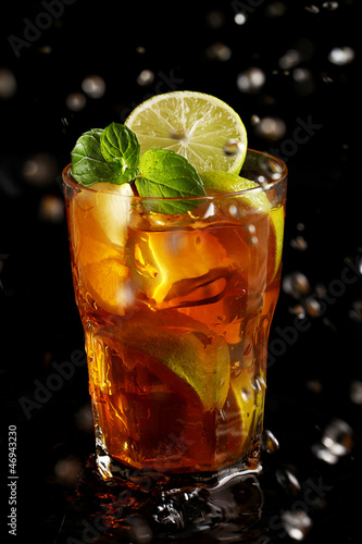 Poster Eclaboussures d eau Fresh cold tea with lemon and mint in water splashing
