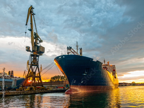 Fotografía  Cargo vessel in port