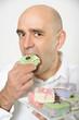 Mann isst Kuchen