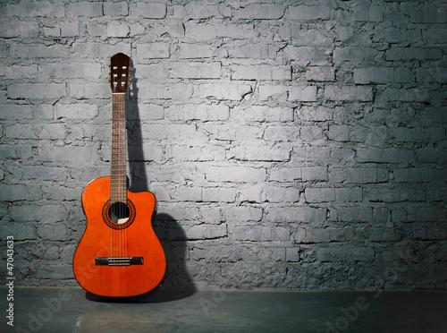 gitara-akustyczna-opiera-na-grungy-scianie