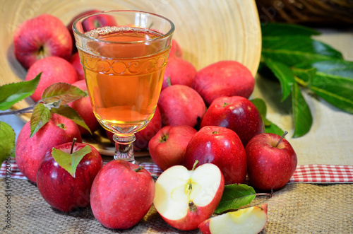 Tuinposter Bier / Cider Äpfel Wein Saft Obst