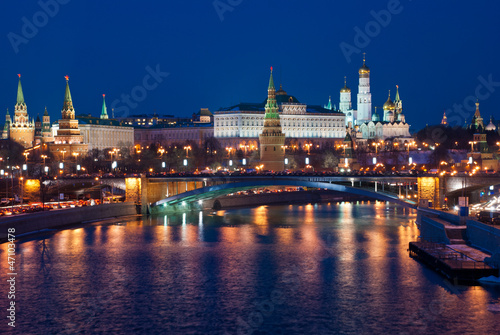 Foto auf Leinwand Moskau Night view of the Moskva River, Bridge and the Kremlin