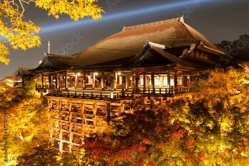 In de dag Kyoto 京都音羽山・清水寺の本堂(清水の舞台)秋のライトアップ