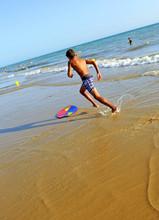 Adolescente Jugando En La Playa Con Tabla De Surf