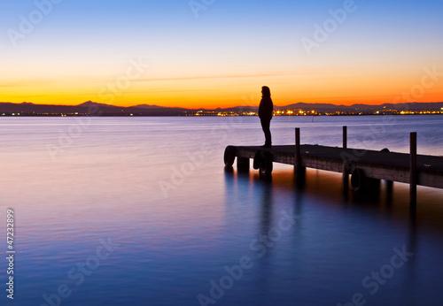 Tuinposter Pier Pensando en el lago