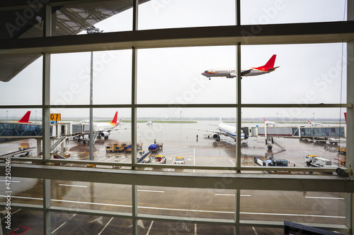 Poster Aeroport window of the airport with flight arrival