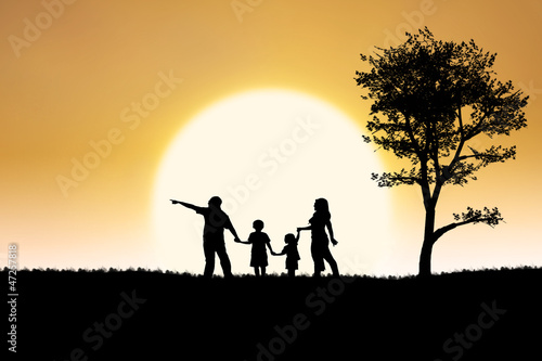 Foto op Aluminium Jacht Family silhouette of on sunset and tree background