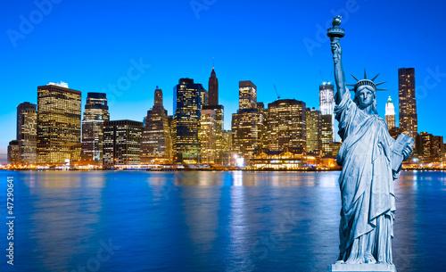 manhattan-skyline-i-statua-wolnosci-w-nocy-nowy-jork-c