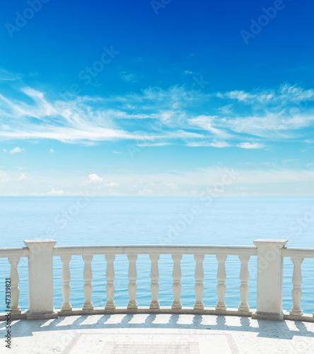 balkon-w-poblizu-morza-pod-zachmurzonym-niebie