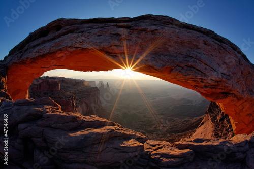 Poster de jardin Parc Naturel famous Sunrise at Mesa Arch