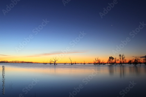 Foto-Leinwand - Abendhimmel nach Sonnenuntergang am See