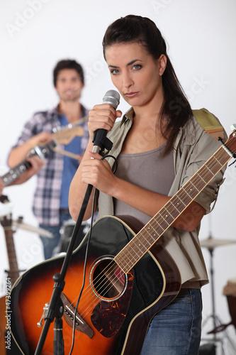 Fotografía  Bonita morena con el canto de banda
