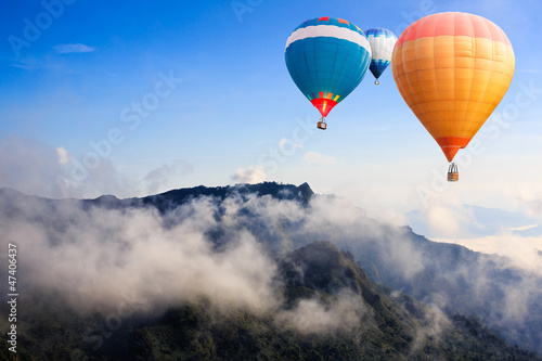 Poster Montgolfière / Dirigeable Colorful hot-air balloons flying over the mountain