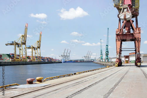 Cuadros en Lienzo  Hafenkai im Hamburger Hafen