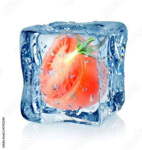 Staande foto In het ijs Ice cube and tomato