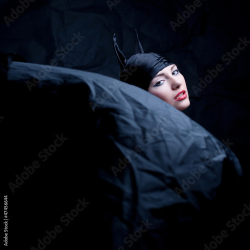 Photo vintage portrait of a glamourous animal girl over wrinkled black
