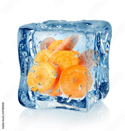 Staande foto In het ijs Ice cube and carrot