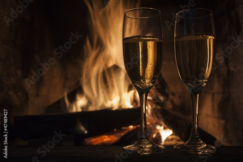 Poster de jardin Bar glasses of champagne in front of fireplace