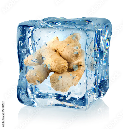 Staande foto In het ijs Ice cube and ginger