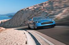 Blauer Luxussportwagen Am Berg