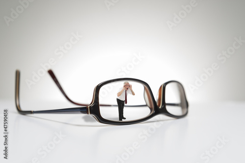 Fotomural  Conceptual photograph of life size glasses