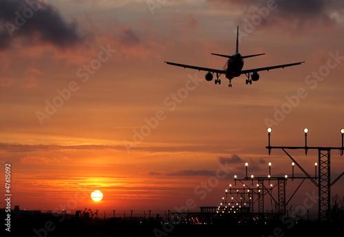 samolot-laduje-w-zachodzie-slonca