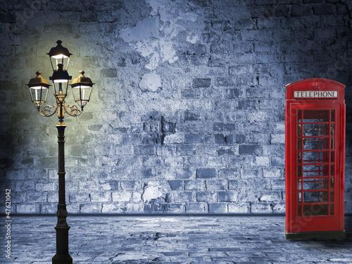 nocna-ulica-z-latarnia-i-domem-telefonicznym