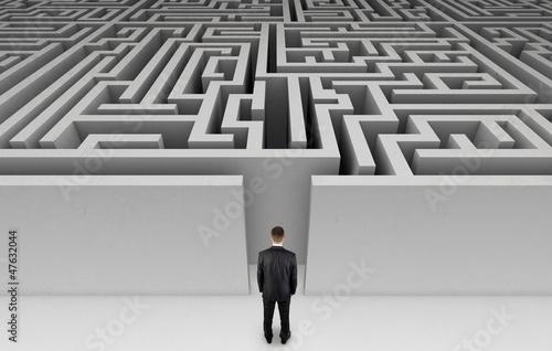 Fotografia  Businessman in front of a huge maze