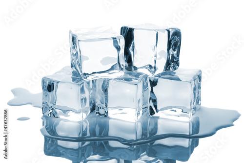 Papiers peints Eau Five ice cubes with reflection