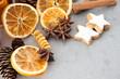 Weihnachtszeit: Orangenscheiben, Sternanis, Zimtsterne
