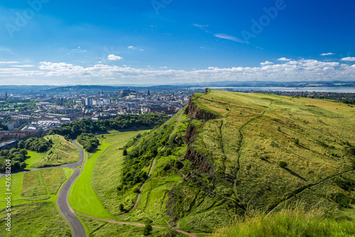 Foto auf Gartenposter Hugel Edinburgh and green hills in summer