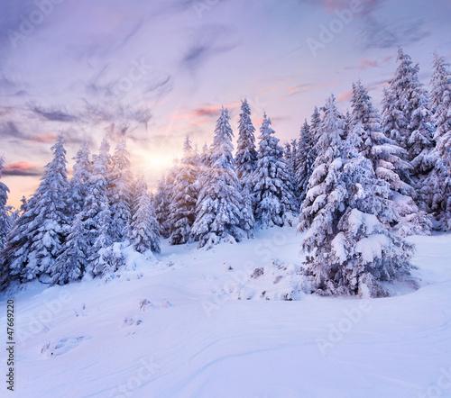 piekny-zimowy-krajobraz-w-gorach-wschod-slonca