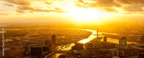 fototapeta na ścianę Dramatyczna słońca na nowoczesnej metropolii