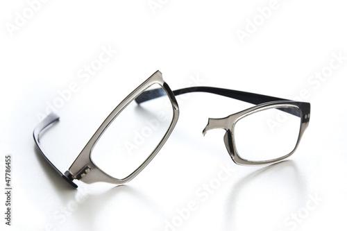 Fotomural  Broken eyeglasses
