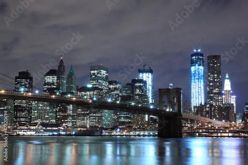 brooklyn-bridge-i-manhattan-skyline-at-night-nowy-jork