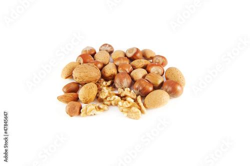 Photo mélange d'amandes, noisettes et noix sur fond blanc