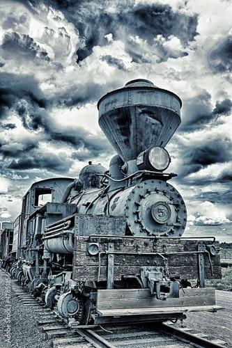 retro-lokomotywa-w-zachmurzony-dzien